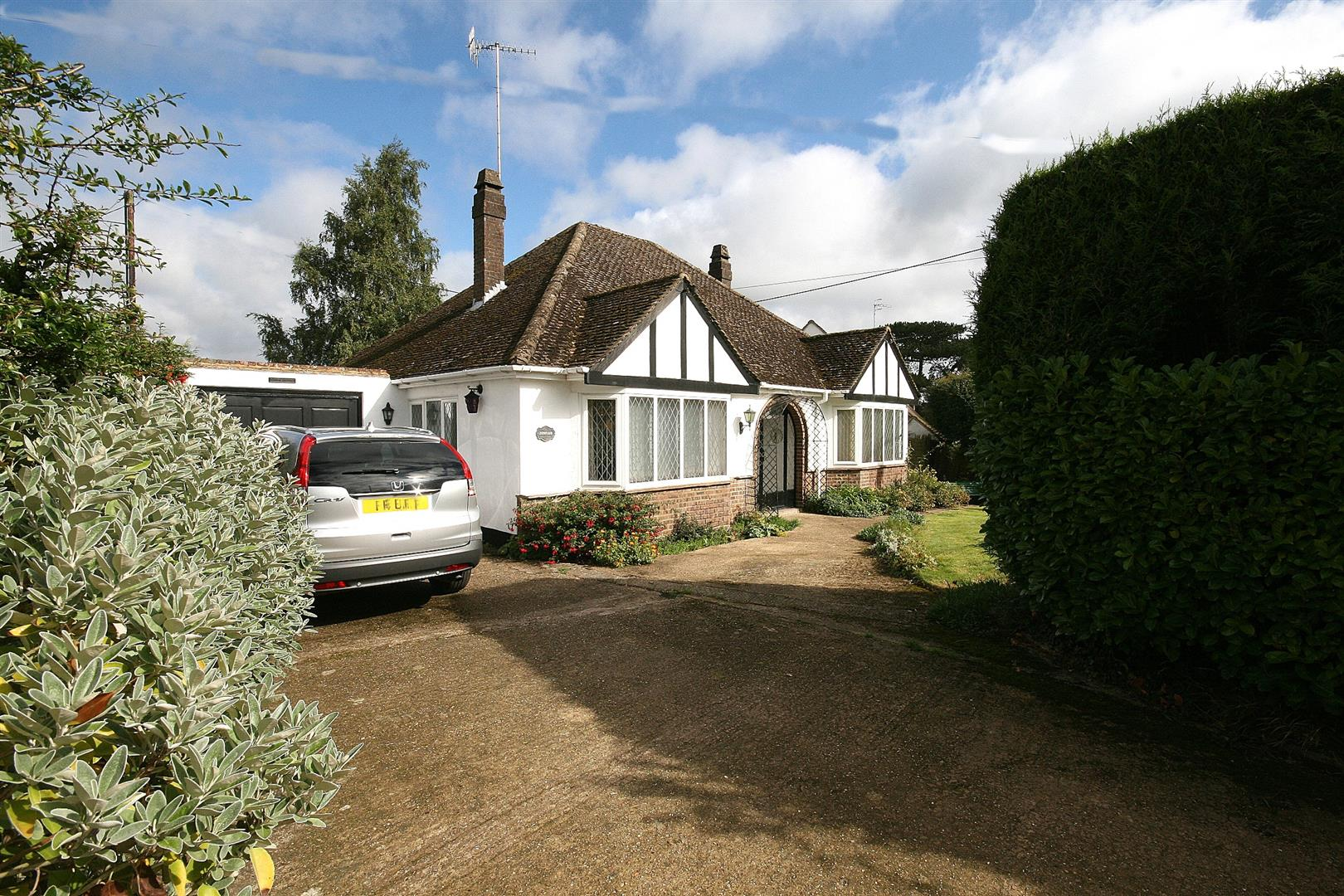 2 Bedrooms Detached Bungalow for sale in Sugar Lane, Bourne End, Herts